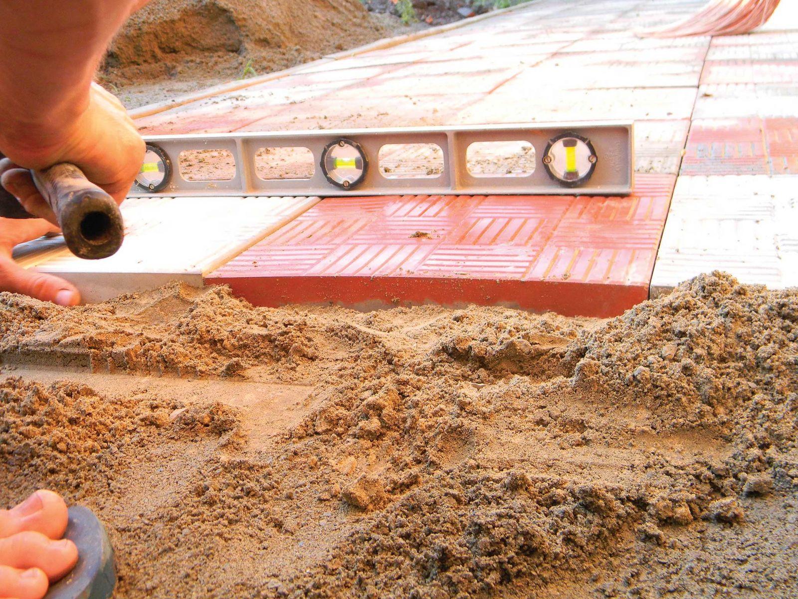 монтаж тротуарной плитки на песок