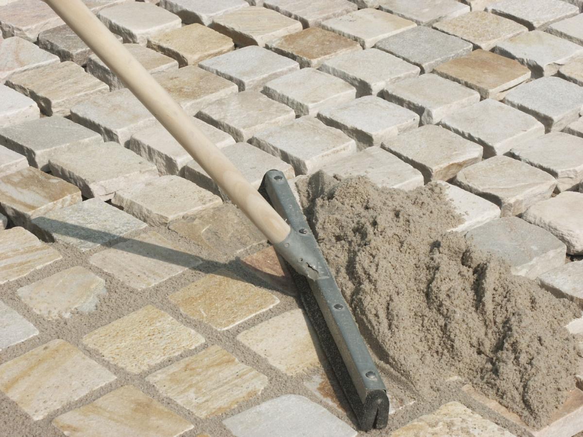 затирка песком тротуарной плитки