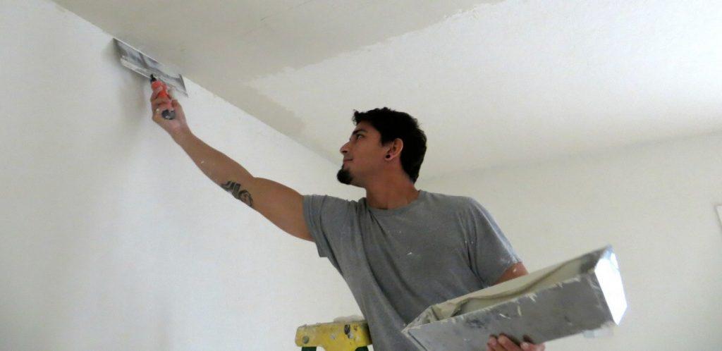 Как шпаклевать потолок своими руками новичку 48
