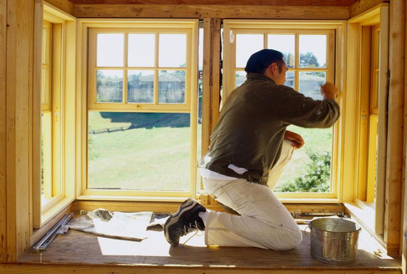 Обновление краски на деревянных окнах