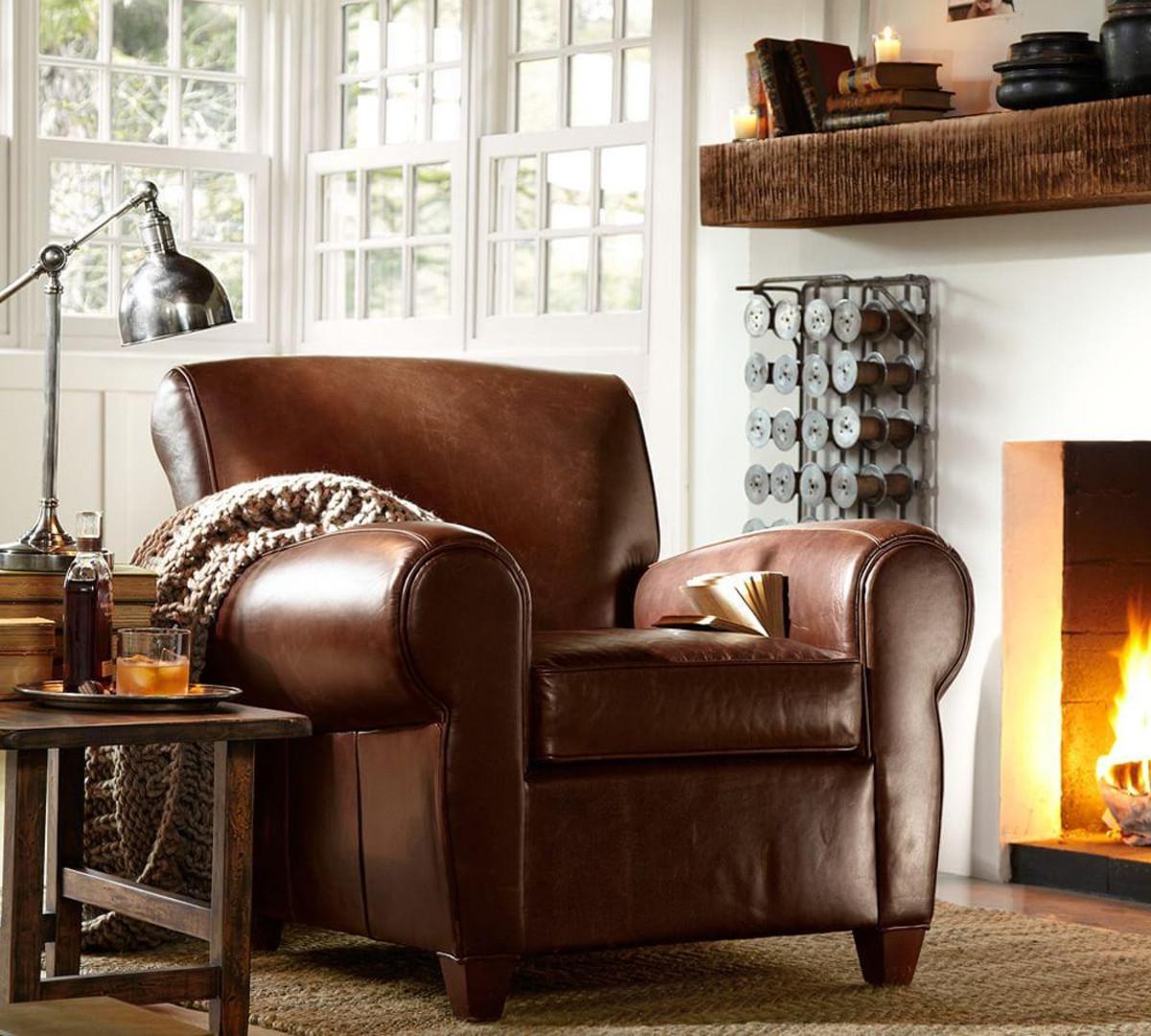кожаное кресло у камина