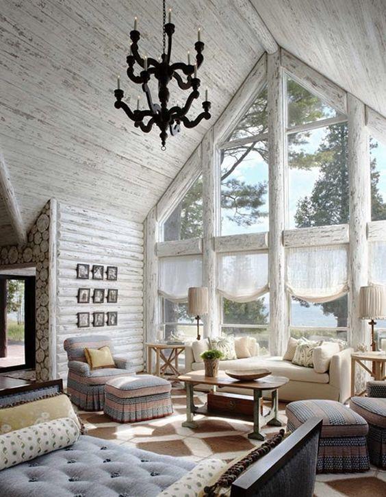 интерьер бревенчатого дома с большими окнами