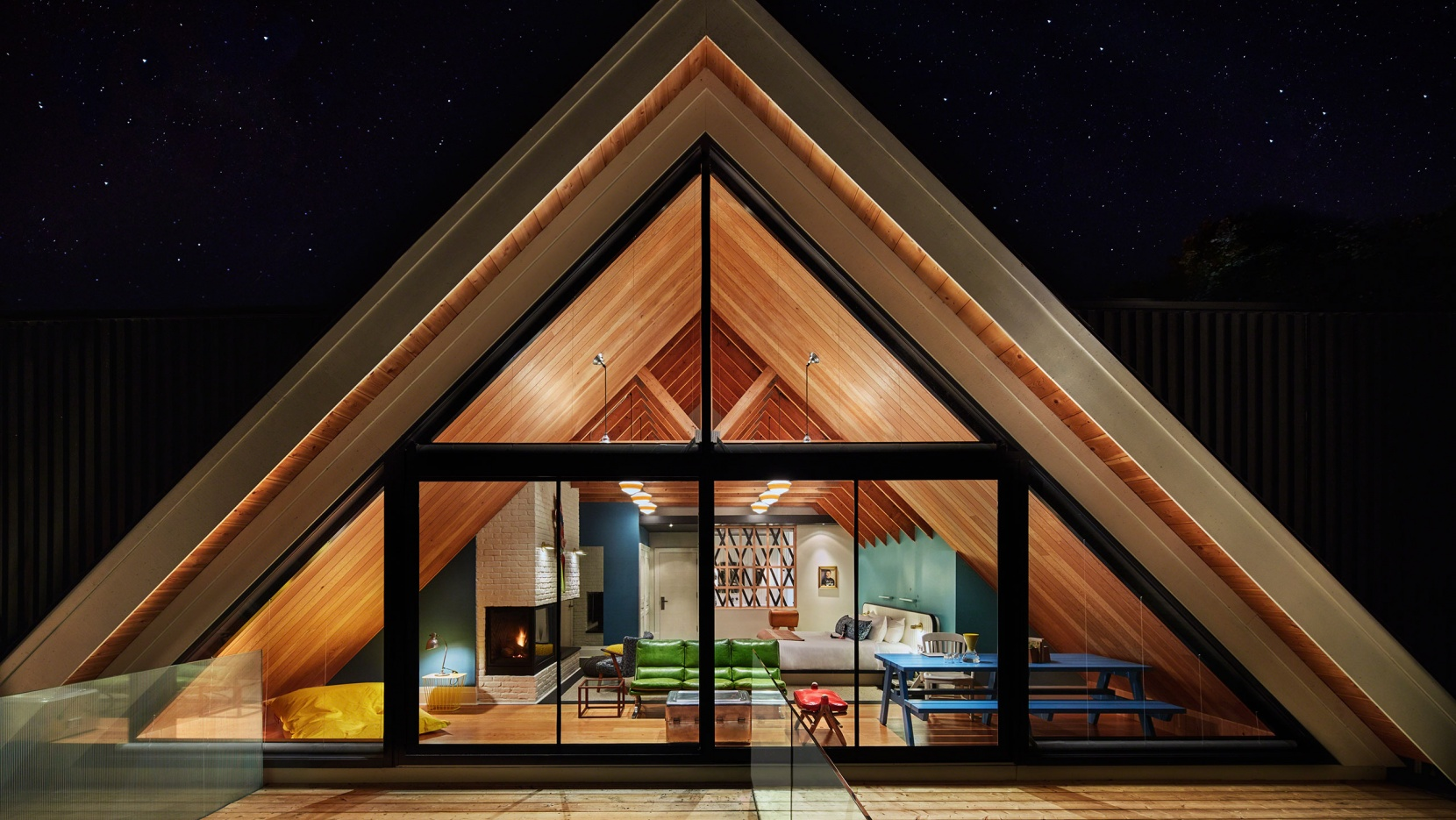 фасад треугольного дома