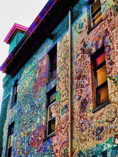 мозаика на стенах дома