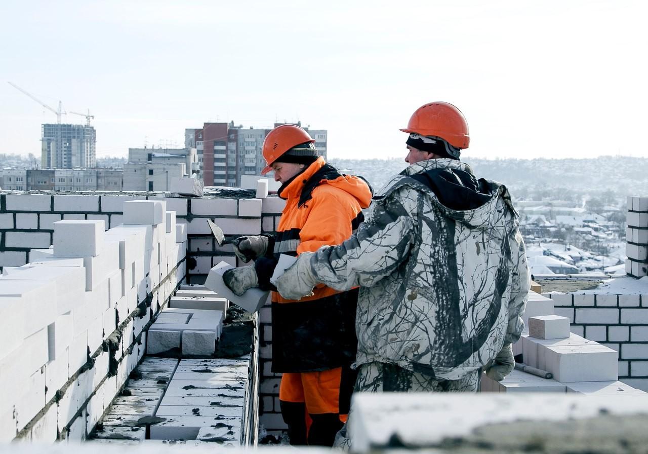 Строители на крыше